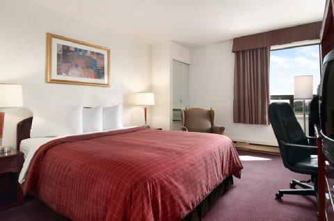 Photo 1 - Travelodge - Edmonton West, 18320 Stony Plain Road, Edmonton, AB, Canada