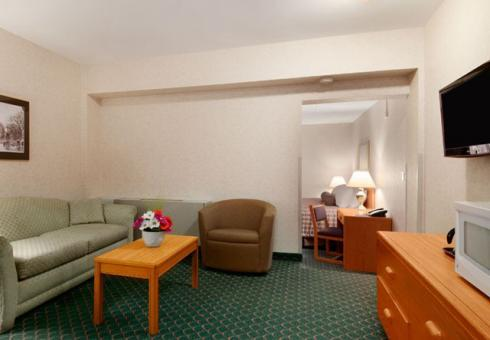 Photo 1 - Travelodge Winnipeg East, 20 Alpine Avenue, Winnipeg, MB, Canada