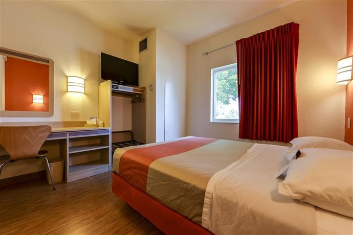 42 motel 6 toronto mississauga 1910 2935 argentia. Black Bedroom Furniture Sets. Home Design Ideas